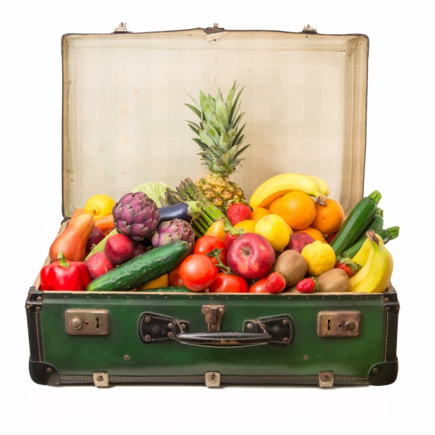 valigia piena di frutta